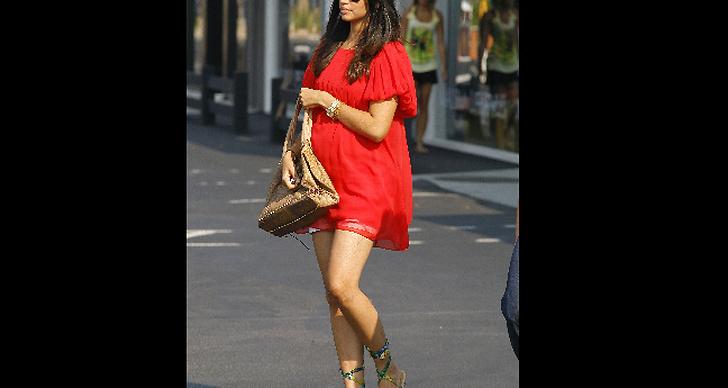 Stilen funkar bra i kort klänning också, vackra Levi McConaughey är ett levande bevis.