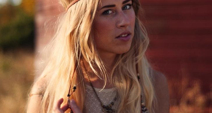 Här syns det populära hippie-hårbandet.