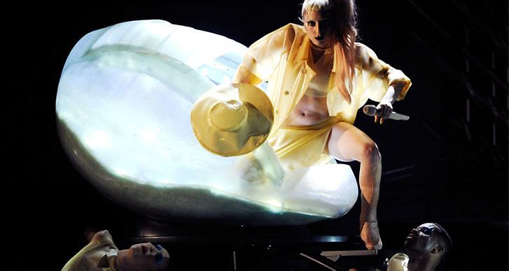 Hon kläcktes sedan på scen lagom till sitt framträdande.