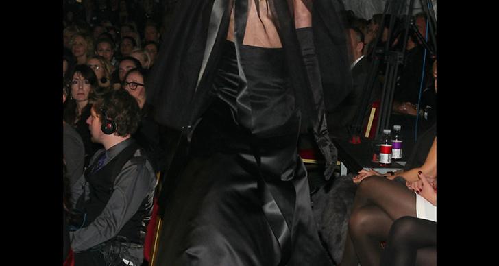Modell i klänning designad av Pär, ELLE-galan 2011.
