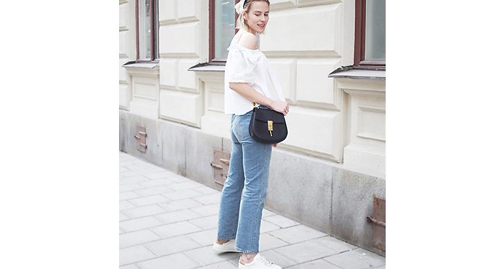 Itgirlsvinnaren Tuva Alicia matchar denim med en romantisk blus. Hon bryter av med ett par vita sneakers, så rätt!