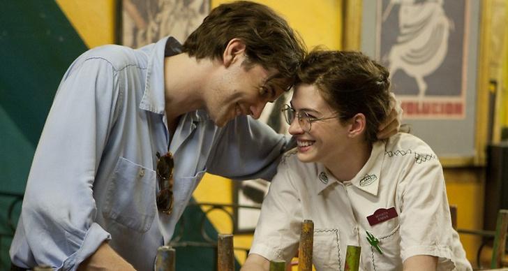 Ett nykärt par som håller om varandra och skrattar.
