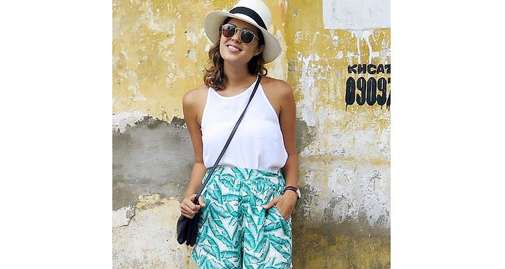 Fixa semesterlooken med vintage. Mönstrade shorts, en hatt och ett baslinne – svårare än så behöver det inte bli.