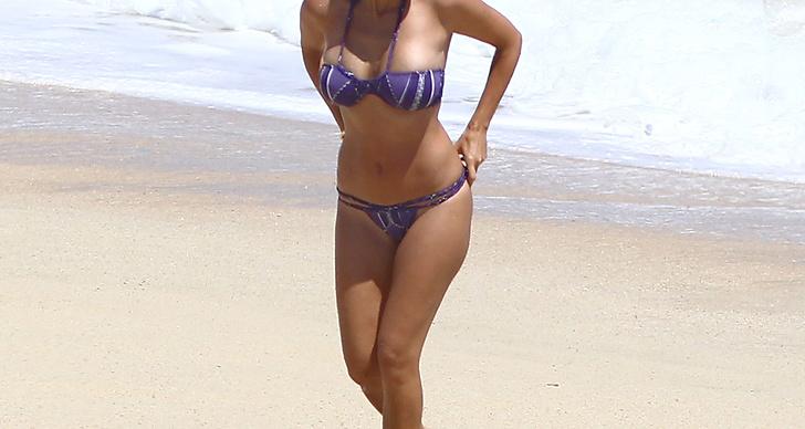 Kourtney Kardashian kammar håret bakåt på stranden. Utnyttja solen och applicera en inpackning i håret som du låter verka hela dagen.