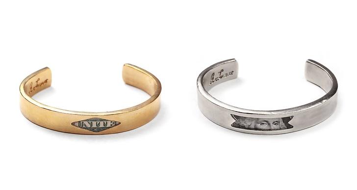 Kollektionen är Unisex och innehåller bland annat armband med delar av amerikanska dollarsedlar i.