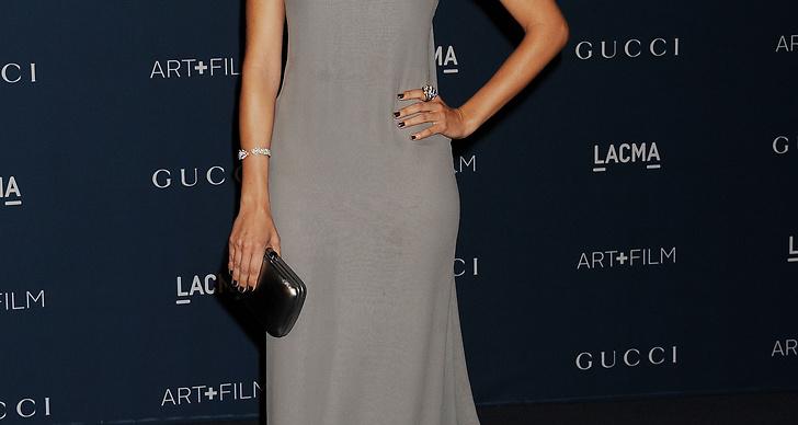 Skådisen Camilla Belle var cool i spretig kortklippt frisyr och grå klänning, matchat med mörkröda läppar.