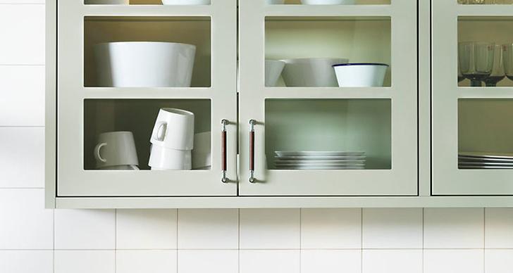 Väggskåp med glasdörrar så man kan visa upp sitt fina porslin.