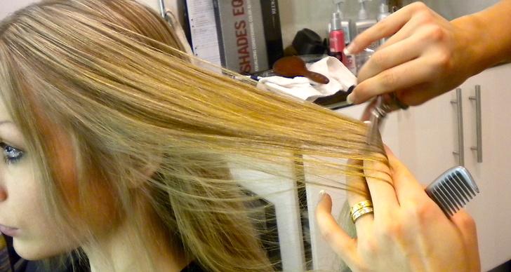 Ida avslutar genom att klippa igenom håret på fri hand för att få bort slitna toppar.