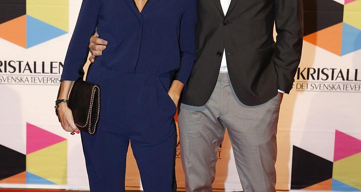 Christine Meltzer i kornblå jumpsuit, lila pumps och hatt. Snygg outfit men kanske inte så jättemycket gala?