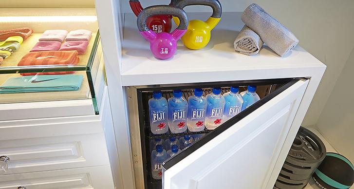 Khloé har även ett kylskåp fyllt med lyxigt vatten på flaska.