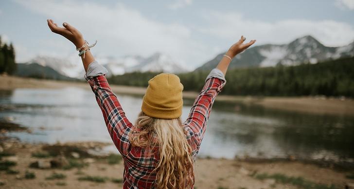 Person med händerna upp